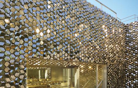 Архитектура сдержанности и безудержность декора