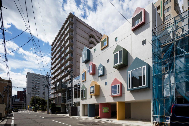 Masahiko Fujimori Architects (Япония). Детсад с домиками на фасаде